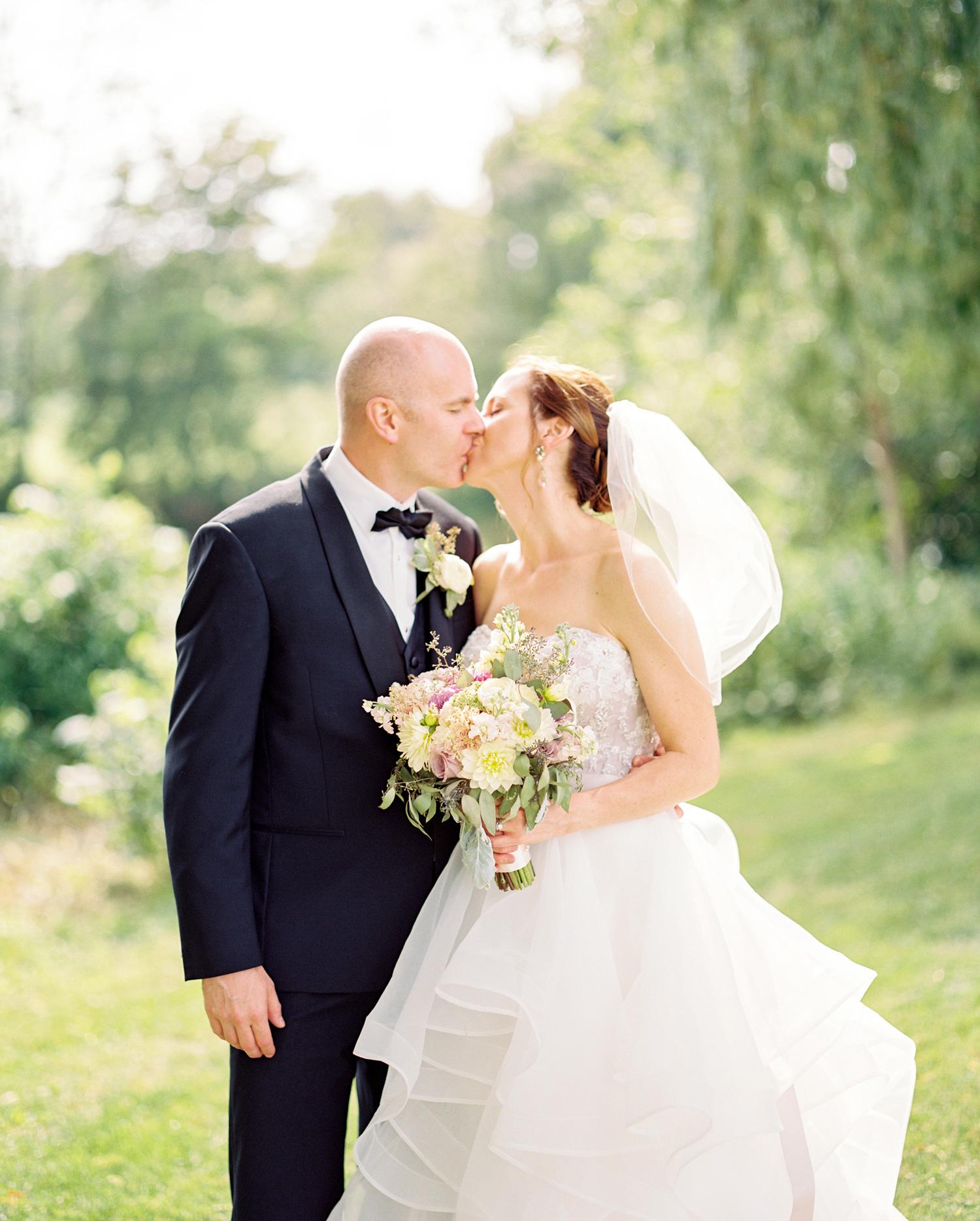 Niagara Wedding Photos | Jesse Jonas Photography | Bride & Groom Kiss